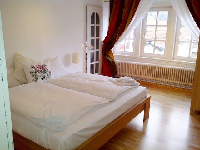 Super ruhiges Schlafzimmer mit Riesenbett