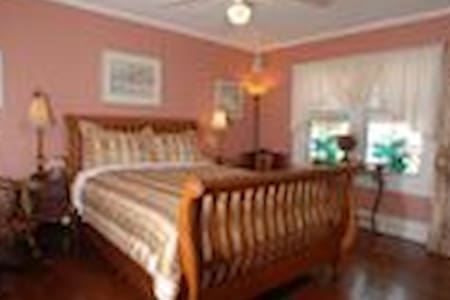 Queen Room (The Montego) - St Petersburg - Bed & Breakfast
