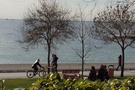 15min seaside, bright, small garden - Maltepe - Bed & Breakfast