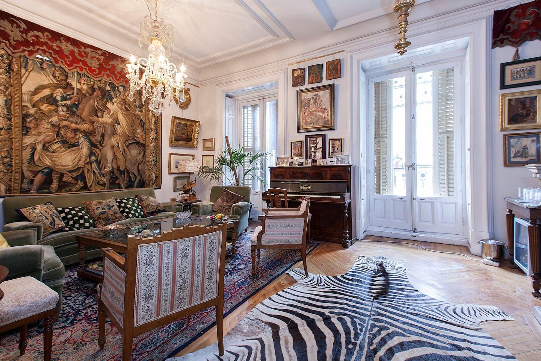 salon del piano,con tapiz del XVII,piano de caoba,araña de la granja del XVIII  y cuadros de familia