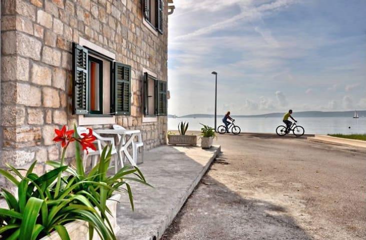 Seafront, Rustic, near Split - Kaštel Kambelovac - Apartament