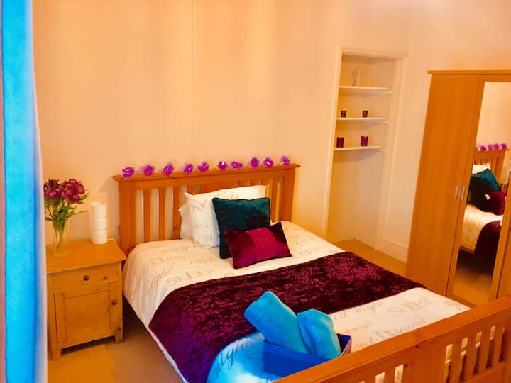 Tenby  'Seaside' large double bedroom in  big home