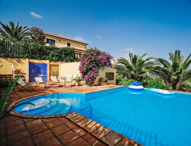 Villa with swimmingpool and seaview
