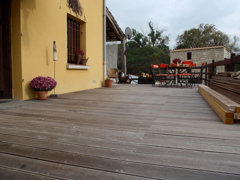Vue de la terrasse en bois où se prend l'apéritif