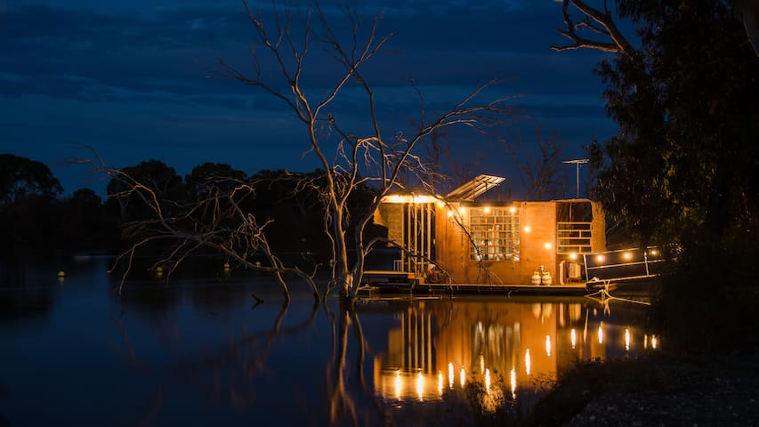 Bill's Boathouse - floating nook on Murray River!