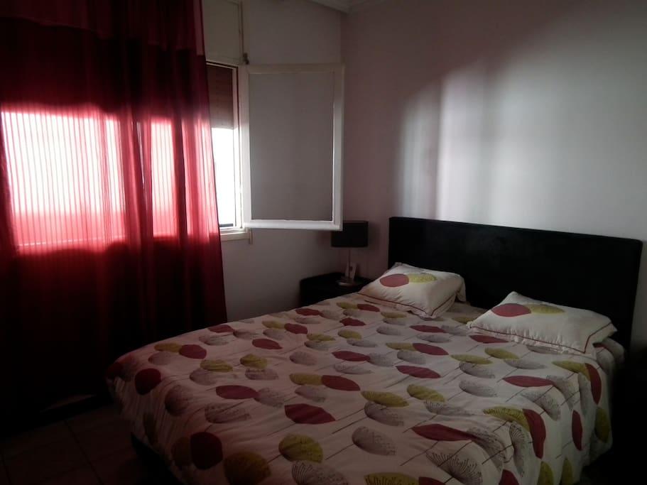 chambre des parents, lit 160, super confort, relativement ferme