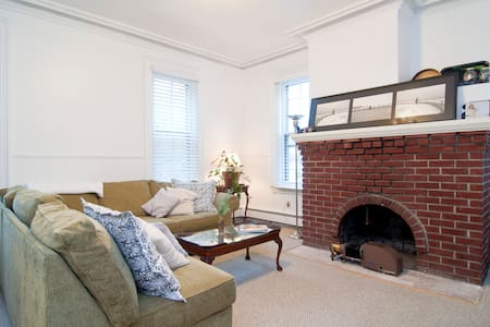 Cozy, homey Garden apt. w/ porch. - Collingswood