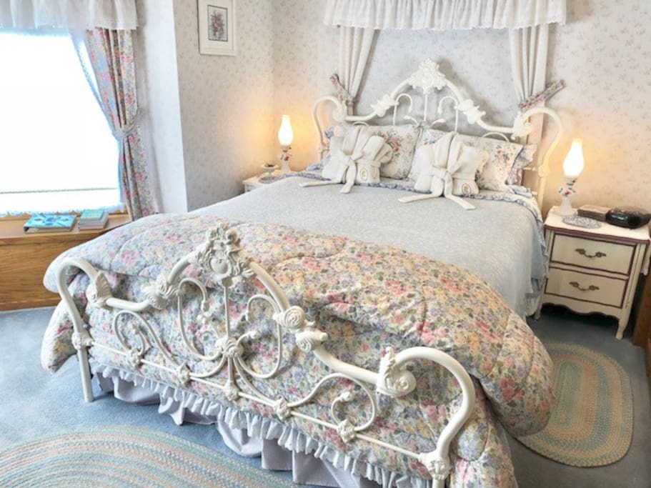 White Eyelet Room - Queen Bed, Fireplace, Private Bathroom with Tub & Shower.