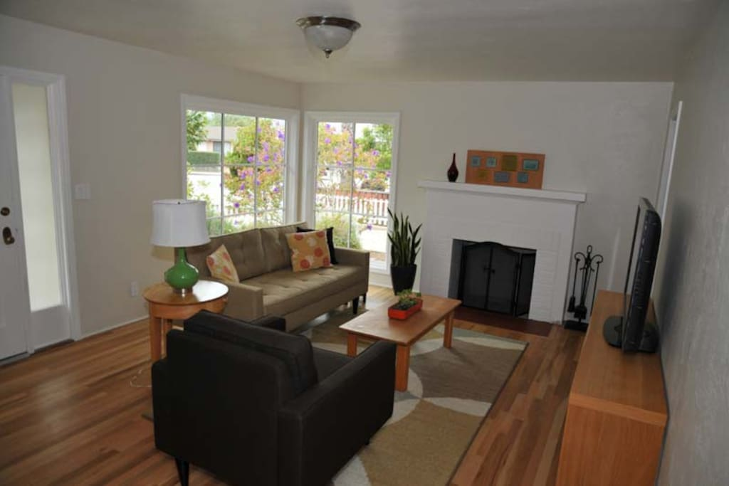 Bright, Spacious Living Room with Flatscreen TV (equipped with DirectTV)