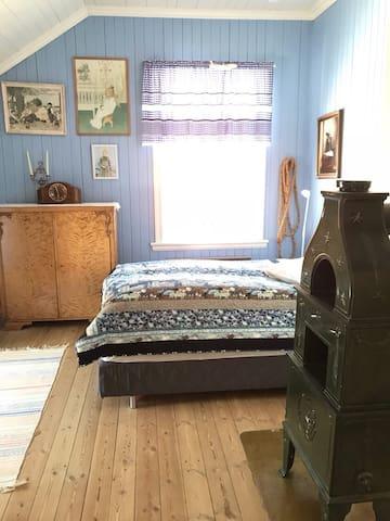 Bedroom 2: Queen size bed + single bed