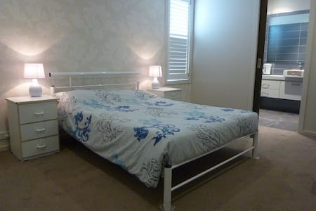 Private EnSuite room4 in Point Cook - Point Cook - Hus