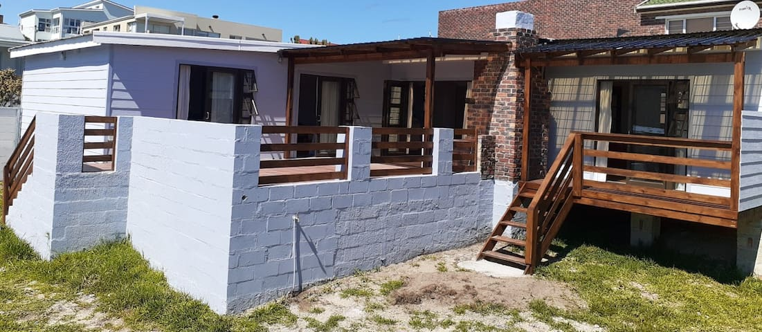 Blue Whale Cottage. 3BrmSlp6 off street parking.
