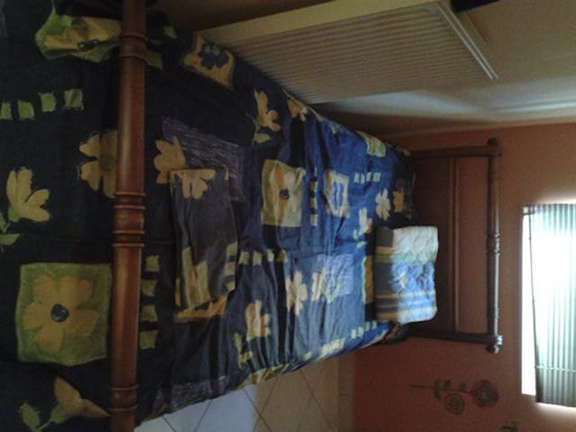 Δωμάτιο σε ήσυχη περιοχή Αμφιάλη - Keratsini - ที่พักพร้อมอาหารเช้า