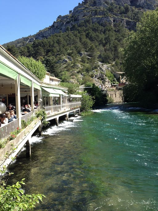 Have lunch by the source of the Sorgue, in Fontaine de Vaucluse.