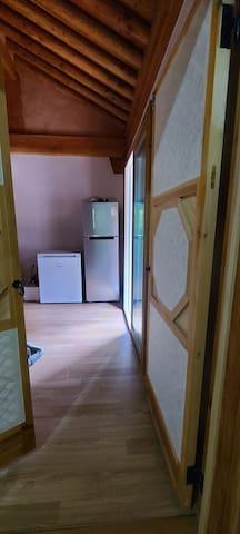 문을 열면 바로 주방겸 거실이 있다. 냉장고와 김치 냉장고가 보인다