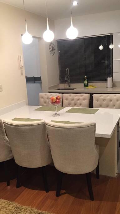 Mesa comedor con vista a la cocina