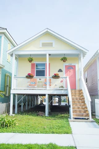 The Pineapple Cottage - Walk to the Beach!