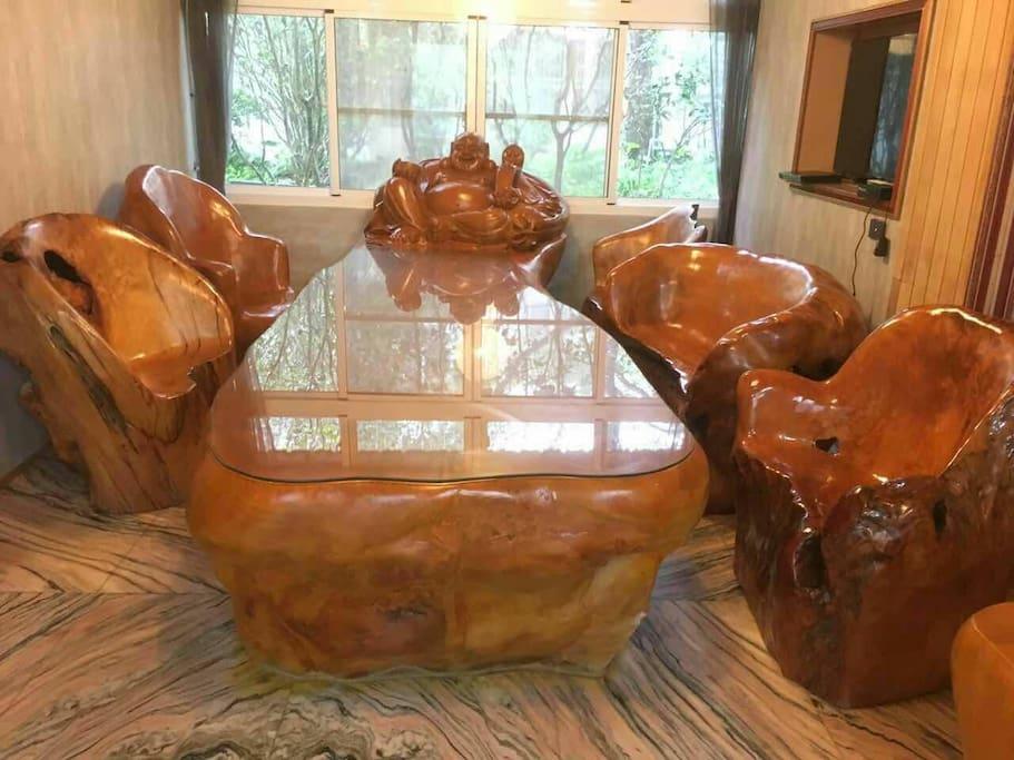 二樓客廳是價值 千萬的台灣檜木桌椅 小型的檜木會議室,讓悠閒的 開會不是夢