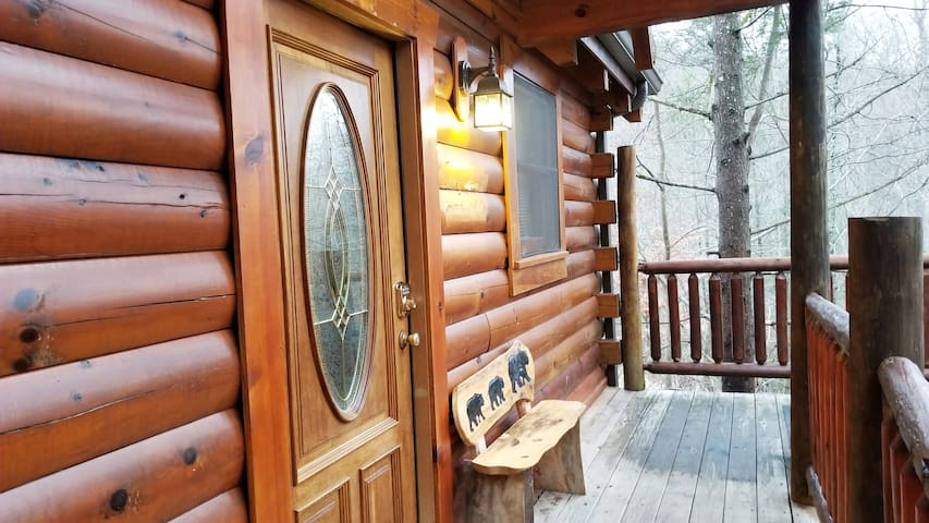 Spacious Cabin w/LOFT✱Covered Hot Tub✱ Play Pool!