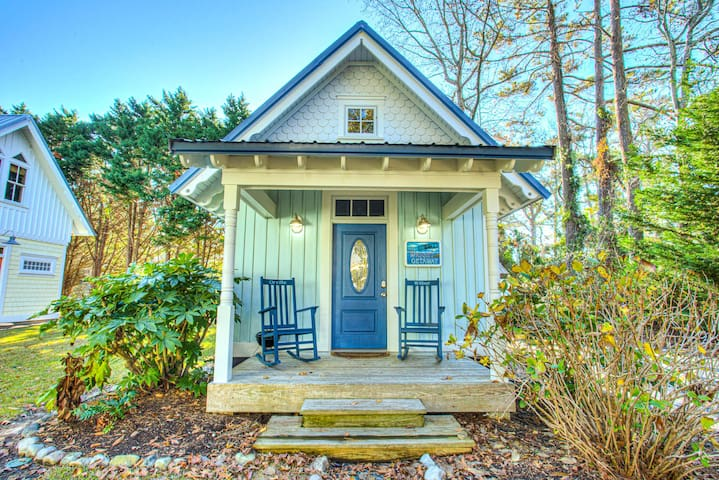 IC3 The Wright Getaway * Charming Cottage within Walking Distance to Historic Downtown Manteo