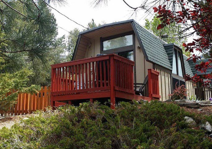 Little Bear Chalet -pet friendly w/fenced yard.