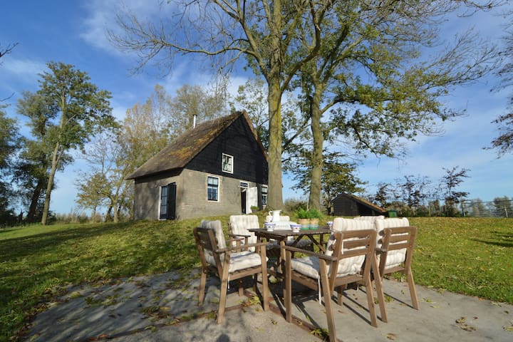 Picturesque, fully detached home surrounded by water and near De Biesbosch