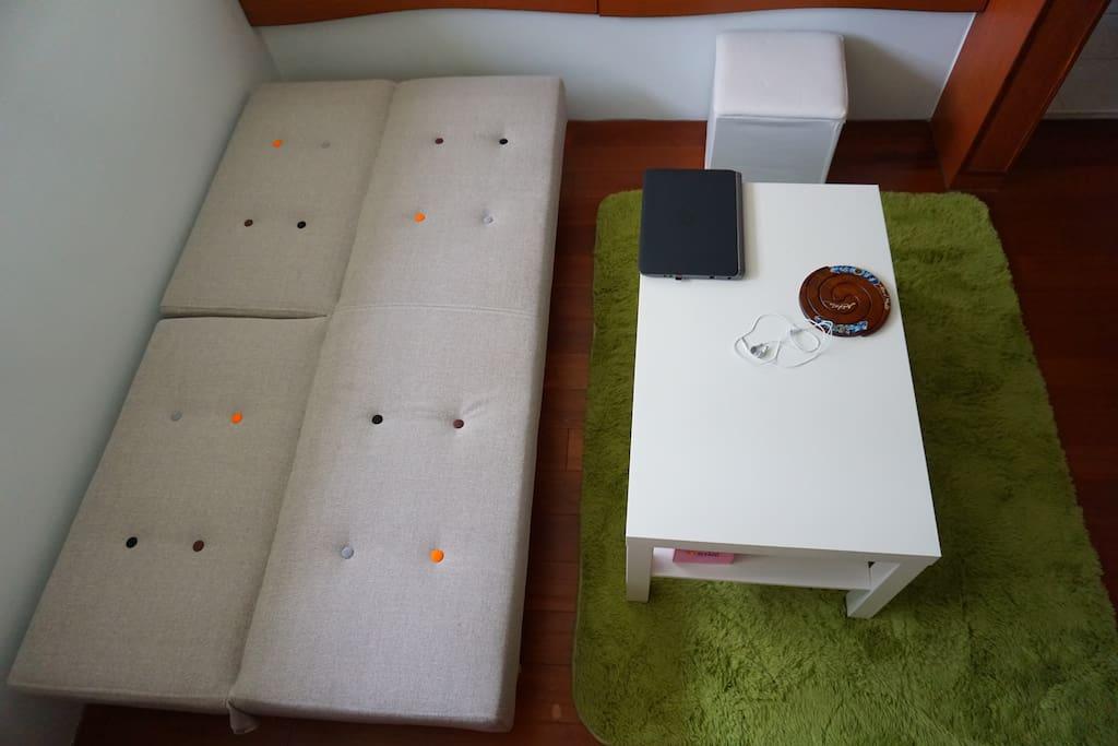 客廳沙發床,可容納第三個人