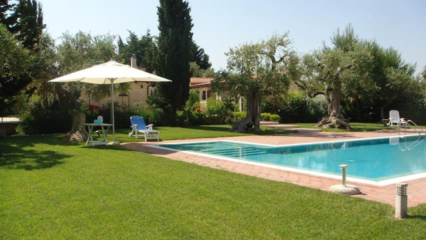 Leralora:  due ville con grande piscina e giardino