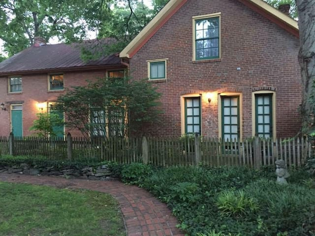 1840's Downtown Carriage House