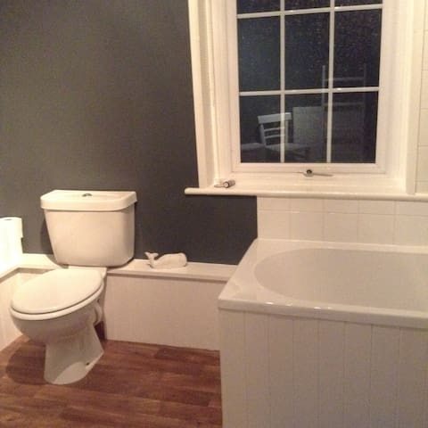 Bath & WC with garden view