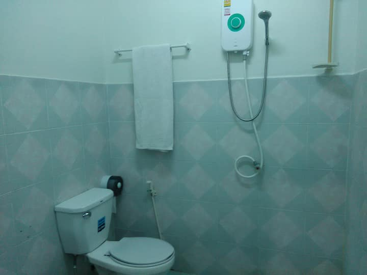 NB House - large room, 3 people, A/C, bathroom