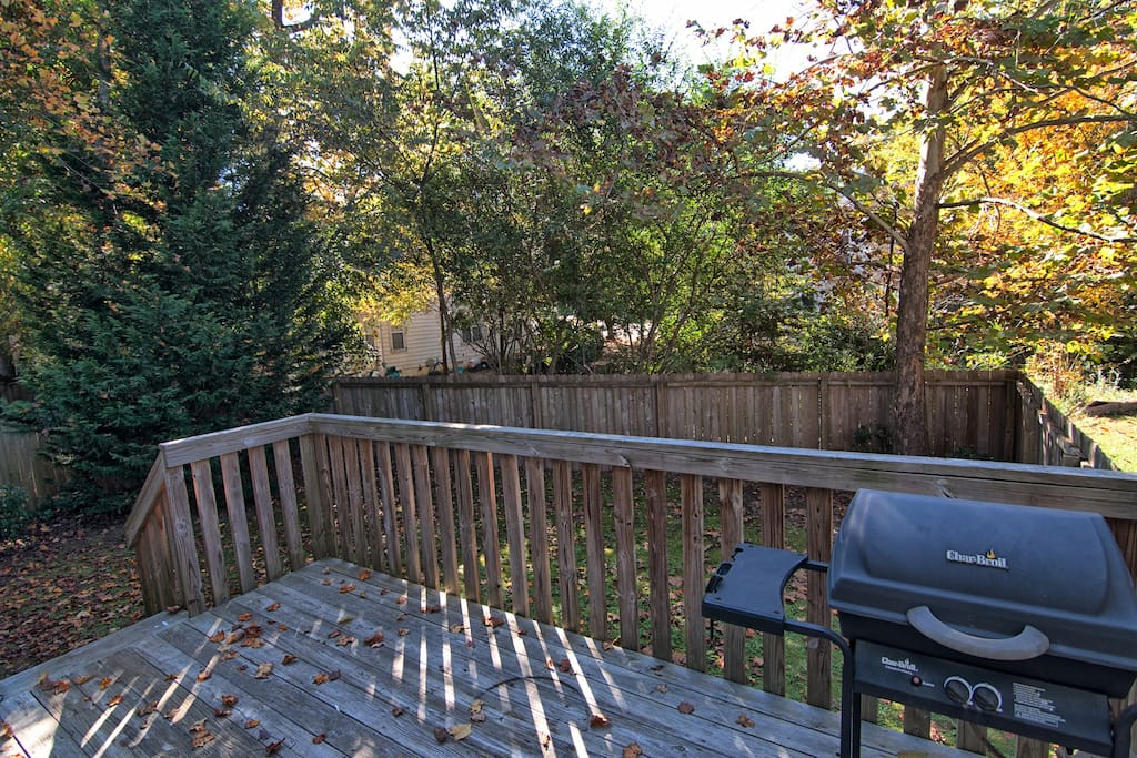Back deck mit BBQ and private fenced back yard (patio furniture not in the picture)