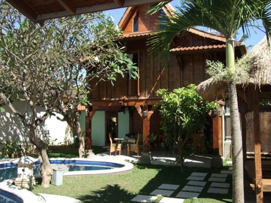 Warm, classical shared villa & traditional Indonesian gladak in the heart of Sanur