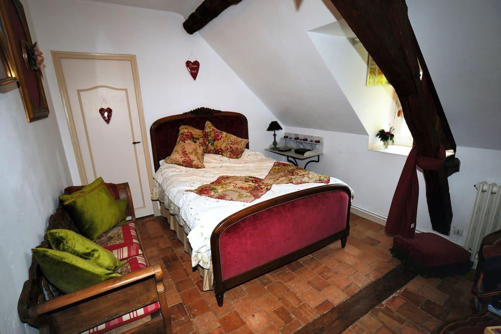 Chambre double avec dressing et chauffage prises et antenne télévision. Fenêtre côté sud