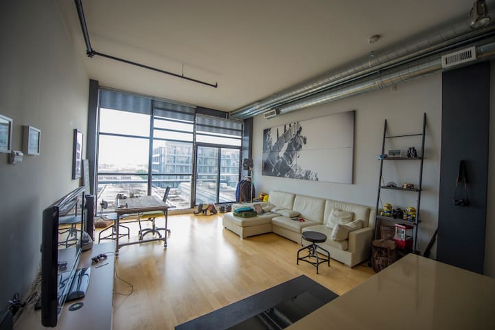 Modern Hard Loft in Historic Toy Factory Building - Toronto - Appartement