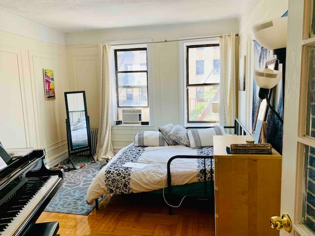 Huge sunny bedroom 25 mins from midtown!