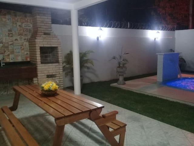 Casa c piscina  churrasqueira próx Praia Shopping.