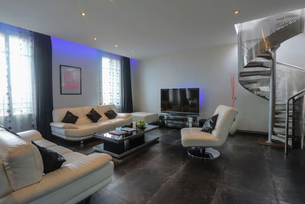 Salon et escalier à la terrasse