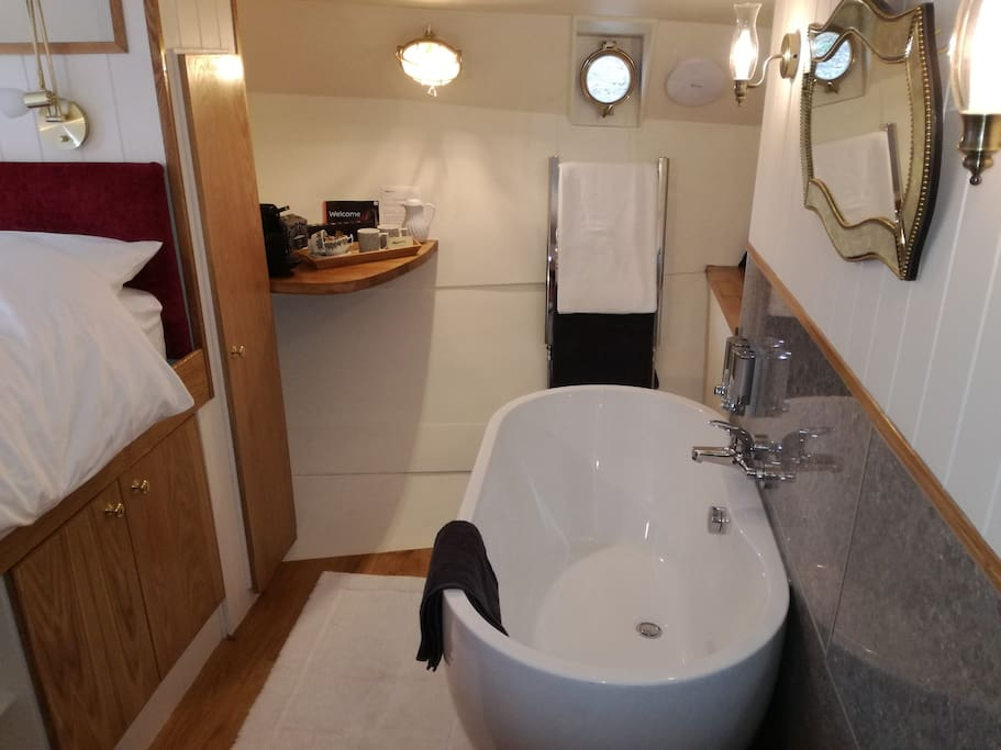 Tjalk cabin bath, the cabin also has its own en-suite toilet and wash basin.