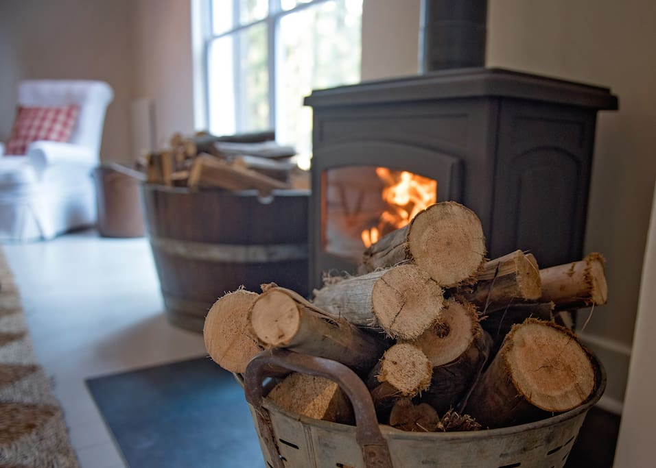 A cosy country atmosphere with a roaring fireplace creates the perfect ambiance