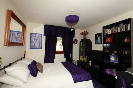 Purple Room - Bed & Breakfast