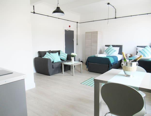 (6) 2 x Single Bed Studio City Centre Wolverhampton