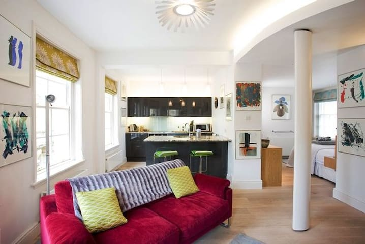 Hot Bath.  Award winning 1 bedroom central Bath property overlooking Bath's famous Thermae Spa