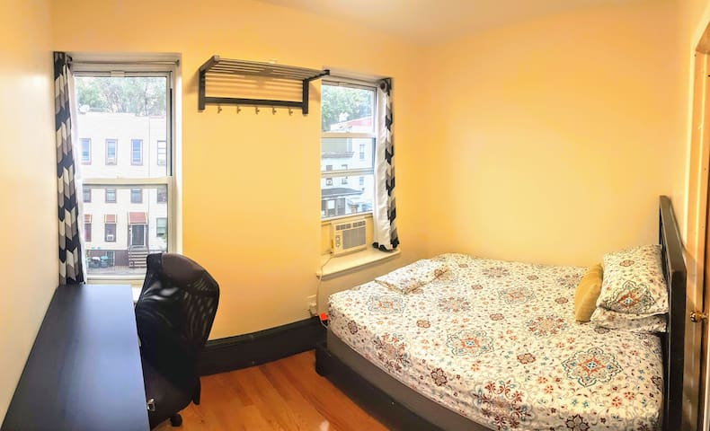Newly renovated private room w/ view! 5mins to N/R