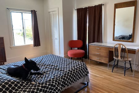 Clean, Classic Studio - Oakland Nr SF, Berkeley
