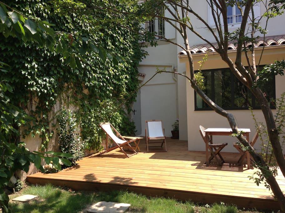 terrasse ensoleillée devant le gîte , idéale pour le petit déjeuner
