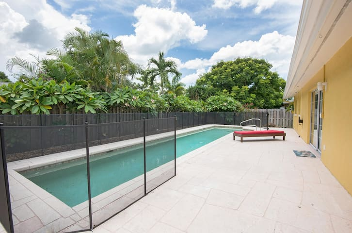 Naples top location private pool and garden, near the beach and downtown