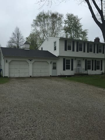 Cozy White Colonial Home/RNC - Willoughby Hills - Ev