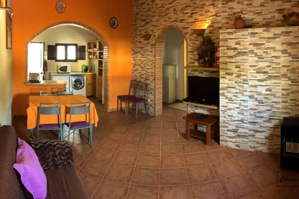 Sala de estar / jantar com TV LCD, Sofá-cama e mesa de jantar