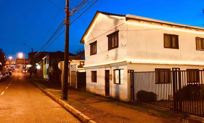 Hostal en Valdivia a pasos del Río y el centro .'.